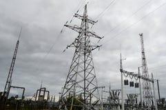 Metallöverföringslinje med delarna av det elektriska nätverket, systemet av maktutrustning för överföringen av electrien Royaltyfria Bilder