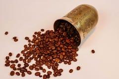 Metall杯子和咖啡豆在白色背景 库存图片