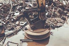 Metall återanvänder fabriken, magnetisk Backhoe Royaltyfri Fotografi