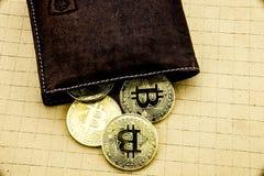 Metall-bitcoins in der braunen ledernen Geldbörse Bitcoin - modernes virtuelles Abbildung 3D Stockfoto