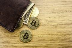 Metall-bitcoins in der braunen ledernen Geldbörse Bitcoin - modernes virtuelles Abbildung 3D Stockbild