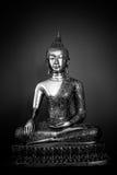 Metall-Buddha-Statue voll in Schwarzweiss Stockbild