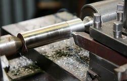 Metall, das auf einem lathe2 aufbereitet Lizenzfreie Stockfotos