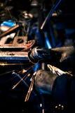 Metall, das auf Stahlersatzteil reibt Lizenzfreie Stockfotos