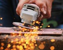Metall, das auf Stahlrohr reibt stockfotografie