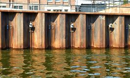 Metall, das Kanal einzäunt amsterdam lizenzfreie stockfotos