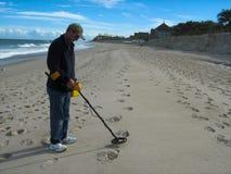 Metall, das am Strand ermittelt lizenzfreie stockbilder