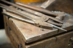 Metall, das Werkzeuge in Handarbeit macht Lizenzfreies Stockbild