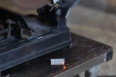 Metall detalj som ligger på järntabellen på manufactory Arkivbild