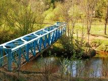 Metall eingesperrte Brücke über dem Fluss stockbild