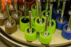 Metall färgade toalettborstar i supermarket Royaltyfri Bild