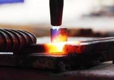 Metall för cutting för gasuppvärmning som böjer den fyrkantiga stången royaltyfria foton