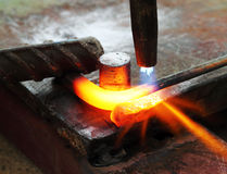Metall för cutting för gasuppvärmning som böjer den fyrkantiga stången royaltyfri foto