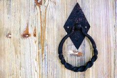 Metall för gammal stil sned det dörrhandtaget och låset på beige träbakgrund, kopieringsutrymme arkivbild
