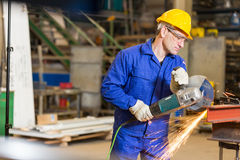 Metall för stålbyggnadsarbetareklipp med vinkelmolar Royaltyfria Foton