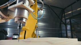 metall för uppvärmningsmaskin som behandlar hjälpmedlet 3D CNC Carver Metall-arbete maskin stock video