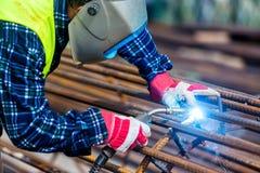 Metall för Welderarbetarsvetsning vid elektroden Fotografering för Bildbyråer