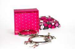 Metall fesselt mit der Geschenkbox mit Handschellen, die auf dem weißen Hintergrund lokalisiert wird Lizenzfreie Stockbilder