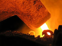 Metall gießt aus dem Schöpflöffel Stockfoto