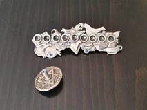 Metall Hannukiah und dreidel auf einem Holztisch Stockfotos
