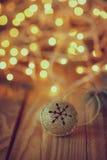 Metall Jingle Bell med stjärnan på trätabellen retro Arkivfoto
