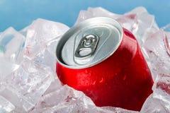 Metall kann im Eis auf hellem Hintergrund lizenzfreie stockfotos