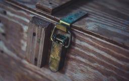 Metall låser på träasken arkivfoton