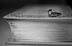 Metall mynt-pläterad detalj av en tappningkamera som ligger på en gammal bok med en guld- kant arkivbilder