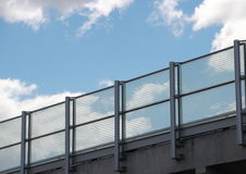 Metall- och exponeringsglasräcke med blå himmel i perspektiv Royaltyfri Fotografi