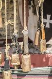 Metall- och mässingskoskällor som hänger i en medeltida stall Arkivfoto