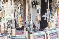 Metall- och mässingskoskällor som hänger i en medeltida stall Royaltyfria Bilder