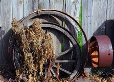 Metall och trävagnhjul Royaltyfri Fotografi