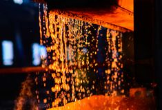 Metall på rollbesättning metallurgy Atmosfär av steelmakingpannan i smältningstålväxt arkivfoton