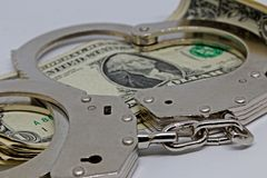 Metall pieniądze i kajdanki zdjęcie stock
