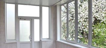 Metall-plast- dörrar och fönster i loggian arkivbilder