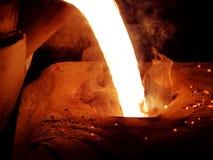 Metall rouge liquide dans la fonderie photo libre de droits