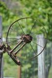 Metall-Rusty Farm-Rad lizenzfreies stockfoto