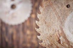 Metall Sägeblatt auf einem hölzernen Hintergrund Stockbilder