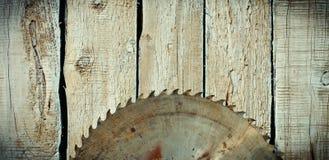 Metall såg bladet på en träbakgrund Royaltyfri Foto