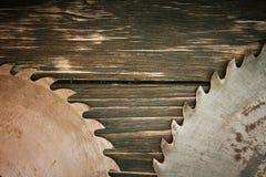 Metall såg bladet på en träbakgrund Arkivfoto