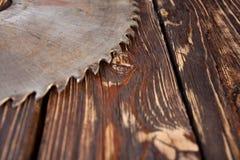 Metall såg bladet på en träbakgrund Royaltyfri Fotografi