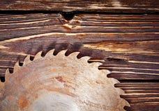 Metall såg bladet på en träbakgrund Fotografering för Bildbyråer