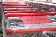 Metall shoppar upp vagnssupermarketslut Arkivfoton