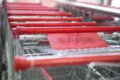 Metall shoppar upp vagnssupermarketslut Royaltyfri Foto