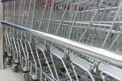 Metall shoppar upp vagnssupermarketslut Arkivfoto