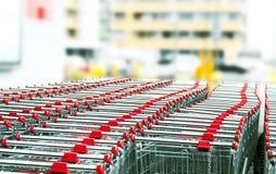Metall shoppar vagnar på suddig bakgrund Arkivfoto