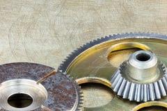 Metall skrapade industriell bakgrund med metallkugghjulkugghjul Arkivfoton