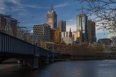 Metall skulpterar på den Sandridge bron, den Yarra floden, Melbourne Arkivfoto