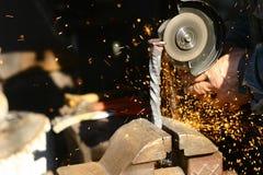Metall som bearbetar i smedjan royaltyfria bilder
