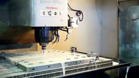 Metall som bearbetar på CNC-maskinen arkivfilmer